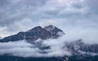 berg bedekt met wolken