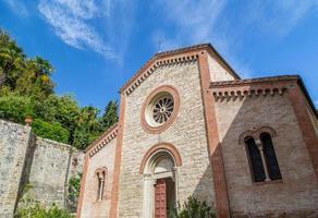 gevel van xiv katholieken parochiekerk in Italië foto