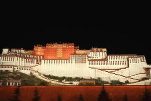 het potala-paleis en de omliggende muur 's nachts. lhasa-tibet-china. 1150 foto