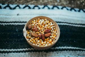 kom met maïs en noten foto