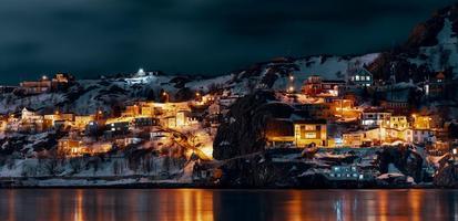 verlichte stadsgebouwen dichtbij waterlichaam