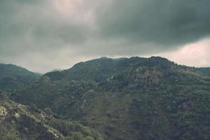 mistig uitzicht op de bergen