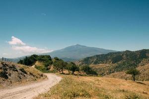 onverharde weg door bergen foto