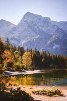 schilderachtig uitzicht op meer in de buurt van bergen foto