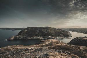bruine rotsformatie op zee foto