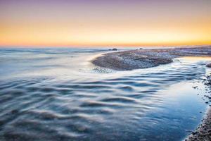 watermassa in de buurt van land foto