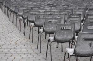 het klaarmaken van de stoelen voor het publiek in het Vaticaan foto