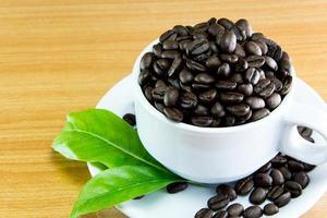 stilleven kopje koffiebonen en koffie foto