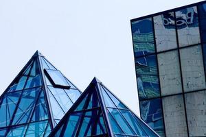 gebouwen van glas en staal met piramidevormen foto