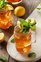 zelfgemaakte ijsthee en limonade foto