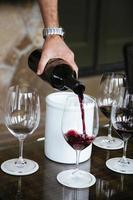 glas wijn wordt gegoten foto