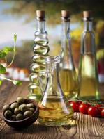 olijfolie in flessen foto