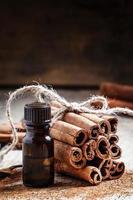 etherische kaneelolie in een klein flesje foto