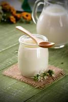 witte yoghurt in glazen pot foto