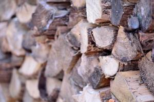 gestapeld brandhout foto