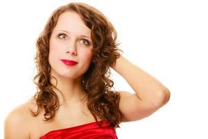 portret vrij doordachte vrouw krullend haar geïsoleerd