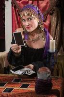 waarzegster die tarotkaarten deelt foto