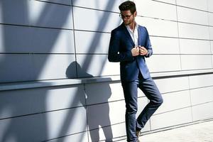 lopende zakenman. elegante jonge knappe man met bril en foto