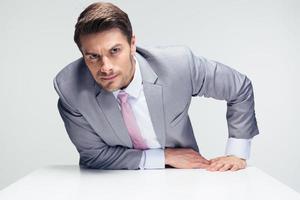 serieuze zakenman aan de tafel zitten foto