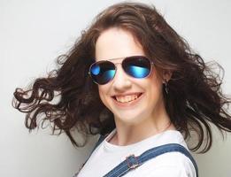 jonge verrast vrouw draagt een zonnebril.