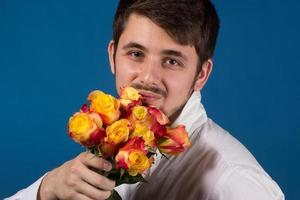 man met boeket van rode rozen