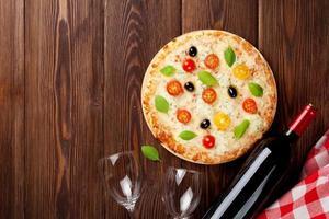 Italiaanse pizza en rode wijn foto