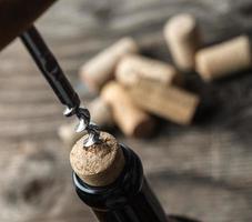 een fles wijn openen foto