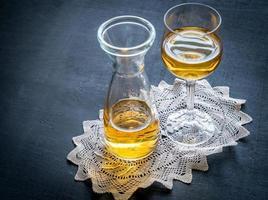 glas witte wijn in vintage decor foto