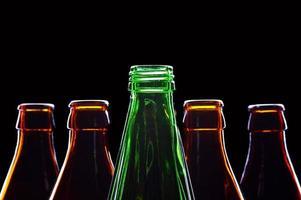 flessen geïsoleerd op zwart foto