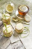 zelfgemaakte suikerkoekjes en kopje thee op tafellaken foto
