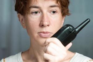 vrouw met walkietalkie foto