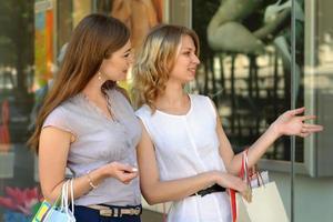 twee meisjes met boodschappentassen foto