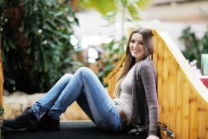 portret van een mooie jonge vrouw foto