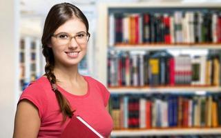 portret van een student in bibliotheek foto
