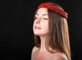 close-up portret van mooie vrouw in rozenkrans