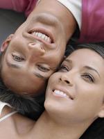 close-up van een jong koppel glimlachen foto