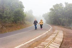romantische scène van paren mistige dag op de weg foto