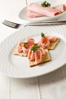 crackers canapés met ham en peterselie foto