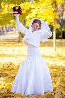 vrolijke en zachte charmante bruid foto