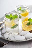 verfrissend koud water met citroen en munt foto