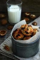 zelfgemaakte ontbijtgranenkoekjes met noten als ontbijt foto
