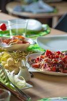 tafel vol met biologisch voedsel. goed ingericht foto