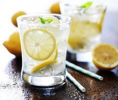 koude glazen verse limonade foto