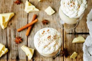 warme witte chocolade versierd met slagroom met kaneel foto