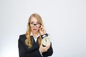 volledig geïsoleerd portret van een mooie blanke zakenvrouw vergrendelen op foto