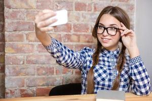 lachende vrouw selfie foto maken