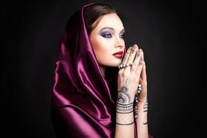 mooie vrouw in oosterse stijl met mehendi in hijab foto