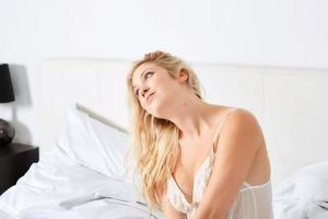 lachende vrouw in haar slaapkamer foto