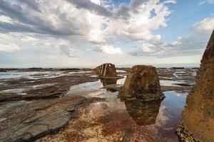 bruine rotsformatie omgeven met water