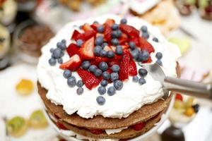 cake met aardbeien en bosbessen foto